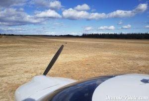 DR400 à LFNU sur piste en herbe