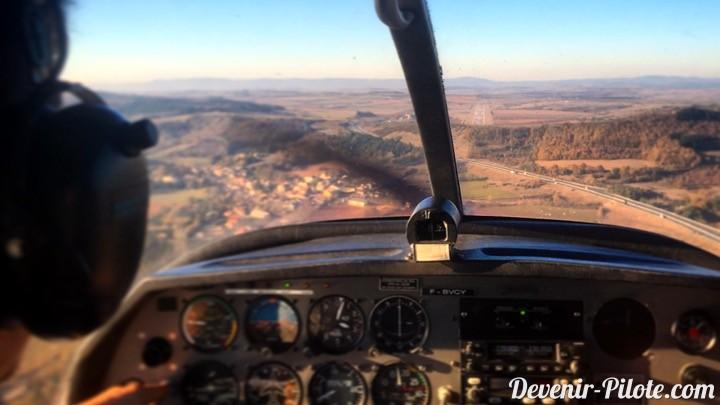 Approche finale piste atterrissage millau-larzac (LFCM) en avion DR400