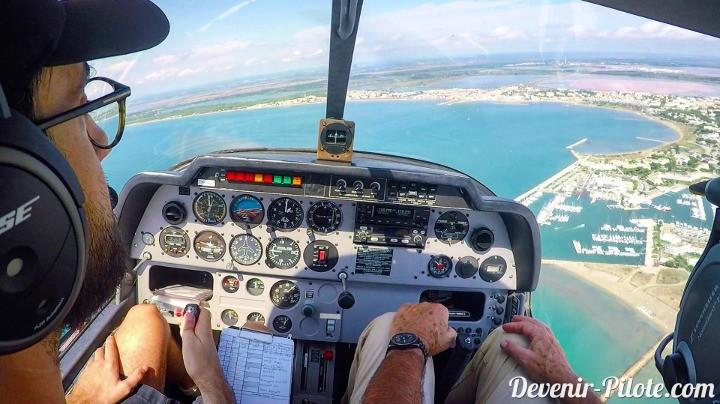 Au-dessus de Port Camargue. Vol local en Dr400 autour de la CTR de Montpellier (LFMT).