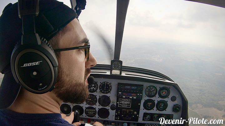 élève pilote d'avion en DR400 avec Bose A20. Navigation Solo VFR. Météo CAVOK, mais visibilité limité